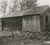 Foto:M.Dyfverman och M.Rehnberg 1937 Smedja. Längd 5,80m. Bredd 4,02m. Höjd till takfoten 1,85m.