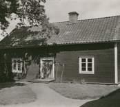 Snickarebod och drängstuga. Flyttad från Gärdselns gård i Baggetorp på 1870-talet. Parstuga. Spis i högra rummet. Bredd 5,5 m. Längd 11m. Ombyggt /öm 11/4-95