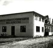Arvid Sjöquists Formfabrik & Mekaniska Verkstad låg fram till 1938 på Långgatan, men flyttade till Västra Industriområdet, Kv Herkules 3, Sågaregatan 1 (bilden). På 1960-talet inköpte Nybro Cementgjuteri & Murbruksfabrik större delen av Kv Herkules, och den f d formfabriken kom att ligga inne på cementgjuteriets område i kv Pluto och Sågaregatan försvann mellan kvarteren Herkules och Pluto. Uppgiftlämnare: Gerhard Köppen, Nybro.  Foto 1940-09-02