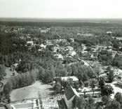 Flygfoto över Påryd. Samhället med hus vägar och skog.