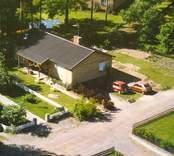 Flygfoto på ett enfamiljshus med trädgård.
