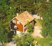 Ett enfamiljshus med träfasad, i Bäckebo.