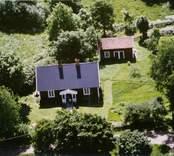 En stuga med uthus och trädgård, i Sjöbo, Kristvalla.