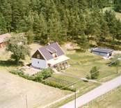 Villa med trädgård, garage och uthus, i Luvehult.