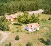 En villa med trädgård och uthus, i Luvehult, Moslätt.