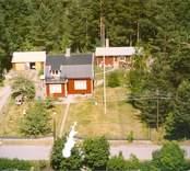 En villa med trädgård och uthus, i Luvehult.