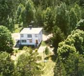 En funkisvilla i Luvehult, med trädgård och uthus.