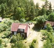 En stuga med trädgård och uthus, i Balebo.