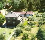 En funkisvilla med trädgård och uthus, i Balebo.