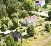 Två villor med trädgårdar och uthus, i Balebo.