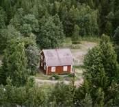 Ett enfamiljshus på en skogstomt, i Döderhult.