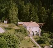 En funkisvilla med uthus och trädgård, i Döderhult.