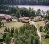 Bymiljö vid en sjö.