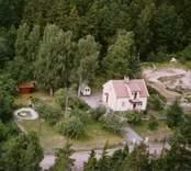 En villa med uthus och trädgård, i Döderhult.