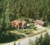 En tillbyggd villa med uthus och trädgård, i Döderhult.