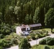 En villa med trädgård och uthus, invid skogen, i Döderhult.