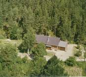 En skogstomt, med villa och uthus, i Döderhult.