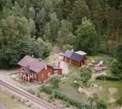 En banvaktarstuga med trädgård och garage, i Döderhult.