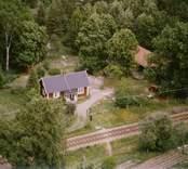 Stuga med trädgård och uthus, invid skogen, i Döderhult.