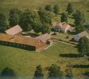 Ekonomibyggnad och bostadshus i Madesjö socken.