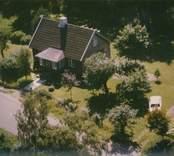 En villa med trädgård i Kristvalla socken.