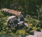 En villa med mansardtak i Kristvalla socken.