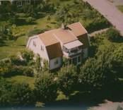 En villa med mansardtak och balkong i Kristvalla socken.