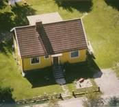 En gul villa med träfasad och sadeltak i Kristvalla socken.