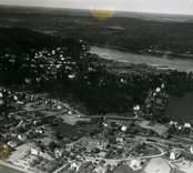 Flygfoto över Gamleby.  Vy över samhället med hus och Gamlebyviken i bakgrunden.