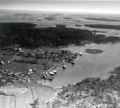 Flygfoto över Tjust skärgård och hamn 1935.