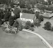 Flygfoto över Döderhults kyrka.