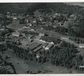 Flygfoto över Gullaskruvs glasbruk.