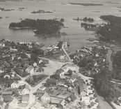 """Figeholm  Flygfoto av köpingen med torget, gloet och hamnen. Foto AB Flygtrafik  nr E 359. Får ej utan tillstånd reproduceras.  """"1940-tal (1930-tal enl. Sage)."""""""
