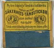 """Tändsticksetikett från Nybro Tändsticksfabrik, """"Nybro Köpings Tändsticksfabriks säkerhetständstickor""""   Handlanden Johannes Petersson i Gräsgärde var först att starta en tändsticksfabrik i Nybro på 1860-talet. Den fabriken var nerlagd 1873 när apotekaren Carl G Fohlin tog initiativet till nästa fabrik som bar namnet Nybro Tändsticksfabrik AB. Den fabriken var belägen i byn Göljemåla i Madesjö socken. Fabriken  drevs fram till 1878 då bolaget gick i konkurs. Alldeles i jämte den gamla fabriken byggdes 1876 en annan tändsticksfabrik av Ludvig Möller från Kalmar. Fabriken som endast tillverkade fosfortändstickor med ett tjugotal anställda, blev inte långvarig och 1878 gick den också i konkurs. Nu är det dags för nya ägare att träda in på arenan. 1879 rekonstruerades tändsticksfabriken av en ny styrelse med  Gustav Ohlsson i Brånahult och P C Jonsson i Östra Bondetorp samt J G Blomdell som också var disponent. De köpte in Möllers konkursbo men ganska snart lades tillverkningen ner och flyttades till huvudfabriken straxt norr om blivande Långgatan. Under J G Blomdells ledning stiftades ett aktiebolag som med framgång drev tändstickstillverkning vid Nybro Köpings tändsticksfabrik. (Nybro Säkerhetständsticksfabrik, 1881)Tillverkningen var nu endast säkerhetständstickor.  Fabriken överläts så småningom till N Simonsson, Nybro och disponent A Ekendahl, Uppsala. 1913 såldes fabriken till Kreugers tändstickstrust AB Förenade Tändsticksfabriker. Fabriken lades ner efter något år. Fabrikens lokaler användes sedan av Orrefors sliperi, Engströms Formgjuteri och senast från 1932 Nybro Svarveribolag. De gamla industribyggnaderna vid Långgatan i Nybro och som inrymde tändsticksfabriken revs på 1970-talet. I en trossbotten fann man tändsticksaskar från hela tändsticksepoken och kunde glädja samlarna  av askar och etiketter i Nybro. Man fann också den speciella trämall som användes vid askvikningen i hemmen kring sekelskiftet.  (Uppgifterna hämtade från http://thoresmatches.se/tandstic"""
