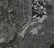 Odens flisor, Gärdslösa socken. Söder om vägen Högsrum-Sättra står stora resta stenhällar väl synliga från vägen. De två största flisorna är 3 respektive 2,5 meter höga. Flisorna som står resta intill varandra har en sammanlagd bredd av 3 meter. På det fält där flisorna står har påträffats vikingatida gravar vilket ger en antydan om monumentets ålder.