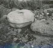 Några stenföremål på Regneliusgården i Bankhult.