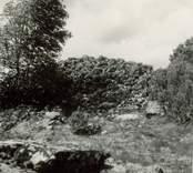 Gravfält på berget 300 meter sydost om Lund, mitt för Gladhammars kyrka.