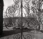 Kyrkogården med gravvård och gravsten till Hallingebergs kyrka.