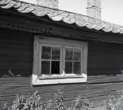 Ryggåsstuga, fönstret till vänster om dörren.