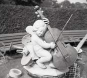 Basfiolspelande figur från orgeldekorationen i Odensvi kyrka.