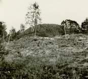 Forngrav på berget vid kantor Holmdahls ställe.