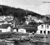 Utsikt över Gamleby med stocklager i förgrunden.