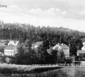 Utsikt över Gamleby med staket i förgrunden.