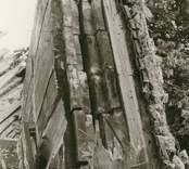 Hälleberga kyrka: Kyrkan brann ner 1976-10-18. Brandorsak elfel.  Tornet i detalj  V väggen vid västerport. Dubbel timmerkonstruktion.