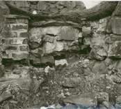 Igensatt dörröppning i korets södra vägg på Ukna kyrkoruin.