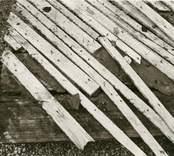 Hälleberga kyrka: Kyrkan brann ner 1976-10-18. Branden orsakades av ett elfel. Detalj på väggbeklädnad (panel, matta,puts)