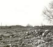 Gravfält efter skadegörelse.