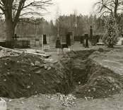 Hälleberga kyrka: Arkeologisk utgrävning efter branden 1976-10-18. Schakt för VA översiktsbild mot söder.