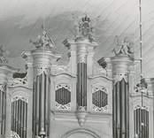 Småland Odensvi socken  Odensvi kyrka  Orgelfasaden efter nymålning, omförgyllning och de konserverande figurernas återplacering.
