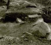 Arkeologisk undersökning  Boplats C1. Terrasskant i schakt (nordost-sydväst) från sydväst.